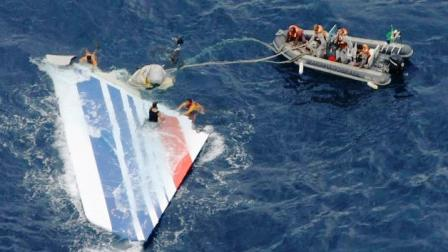 An image released on June 8, 2009 by the Brazilian Air Force (FAB) shows crew members preparing to tow a part of the wreckage of a Air Bus A330-200 jetliner which crashed in the Atlantic Ocean with 228 people on board in a flight from Rio de Janeiro to Paris.