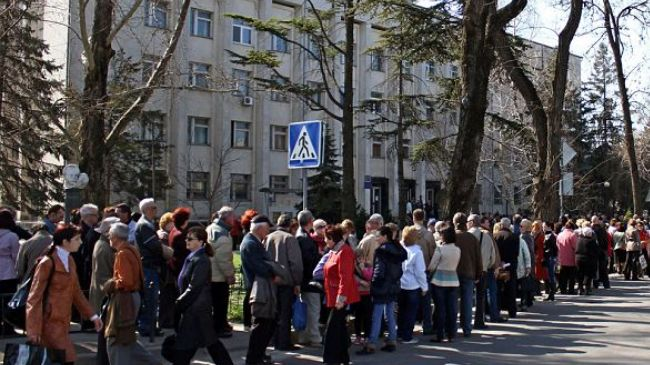 Residents of Crimea form long lines at passport offices to switch their citizenship from Ukrainian to Russian. (file photo)