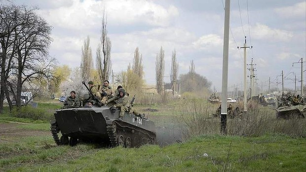 Ukrainian servicemen drive armoured personnel carriers into Kramatorsk. Photo: Reuters