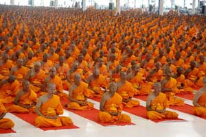 1348926650-mass-ordination-ceremony-100000-novice-monks-in-buddhist-lent-session_1348385