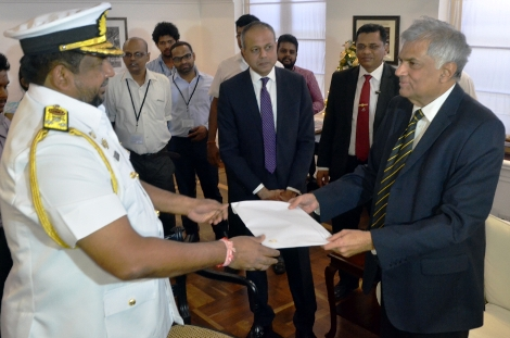 Navy comander giving reporat PM
